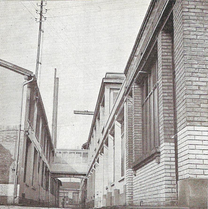 1938-01 Adam Chemisier no61 p66a (L'usine)_wp
